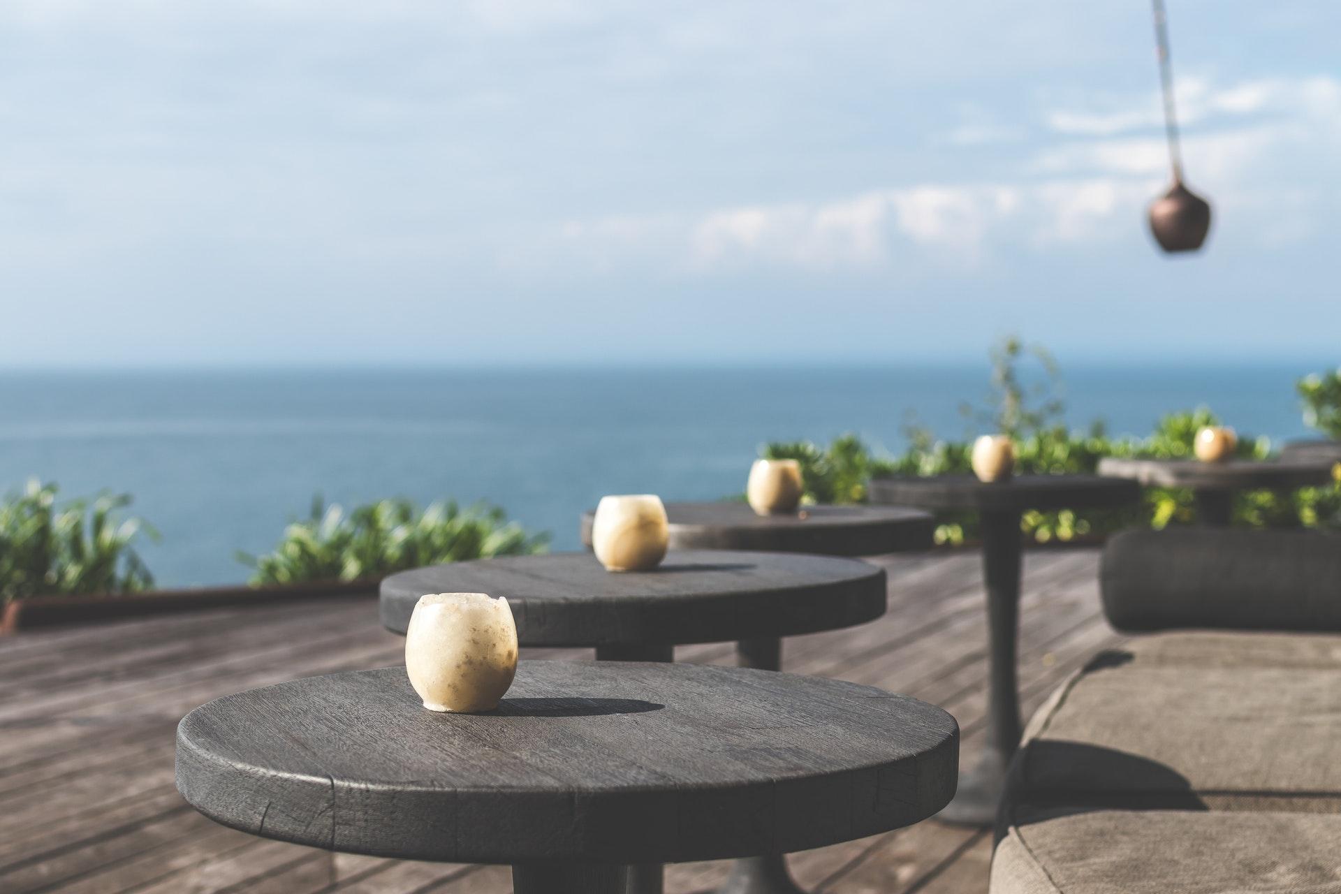 Houten-terras-met-tafels